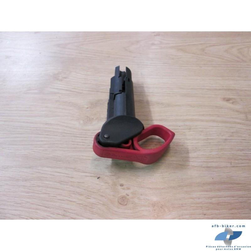 La poignée d'ouverture de ceintures de sécurités complète en état moyen.