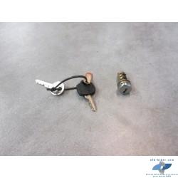 Un lot de cinq barillets de serrures BMW avec clés non référencés