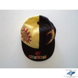 """La casquette """"rossi"""" neuve, toutefois elle présente quelques marques de stockage prolonge (jaune un peut passé)."""